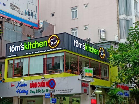 Bảng hiệu quán ăn Tôm's Kitchen - Quận Tân Bình